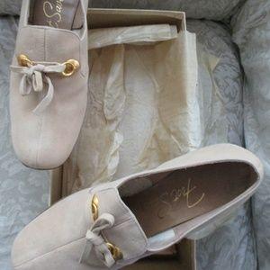 Vtg Foot Saver Beige Low Heel Shoe